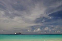 Cuise statek dokujący blisko Przyrodniej księżyc Cay zdjęcia royalty free