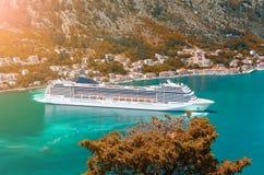 Cuise statek opuszcza turkusowe wody Kotor trzymać na dystans Montenegro obrazy royalty free