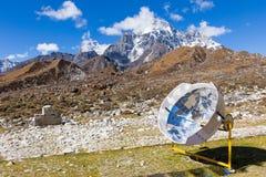 Cuiseur de panneau solaire en montagnes du Népal Photographie stock