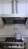 Cuiseur industriel de cuisine avec le pot en aluminium et la fumée géante Image stock