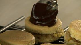 Cuiseur mettant le lustre de chocolat sur une vue de g?teau clips vidéos