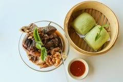 Cuisez la jambe à la vapeur de porc avec les petits pains et la sauce chili de thé vert Photo stock