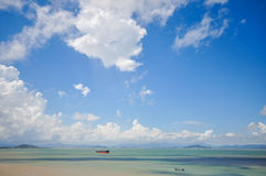 Cuisez la navigation à la vapeur de bateau sur la mer sous le ciel Images stock