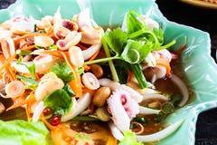 Cuisez la salade à la vapeur d'oeufs de calmar avec la soupe épicée à jus de citron, thaila de samui Photographie stock libre de droits