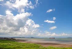 Cuisez le bateau à la vapeur sur la mer sous le ciel Photo libre de droits