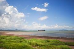 Cuisez le bateau à la vapeur sur la mer sous le ciel Photo stock