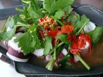 Cuisez le calmar à la vapeur avec de la sauce épicée à piments et à citron Photo stock
