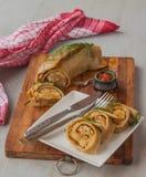 Cuisez le petit pain à la vapeur bourré de la viande sur une planche à découper Image libre de droits