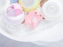 Cuisez le stérilisateur à la vapeur et le dessiccateur pour stérilisent des accessoires de bébé Photographie stock libre de droits