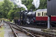 Cuisez le train à la vapeur dans les voies de garage à la gare ferroviaire sur Keighley et en valeur le chemin de fer de vallée Y photos libres de droits