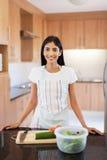 Cuisine à la maison de femme Photos stock