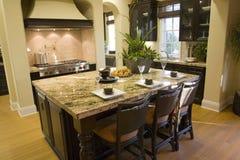 Cuisine à la maison de luxe. Photo libre de droits