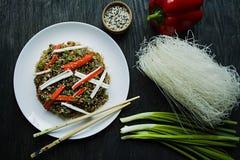 Cuisine asiatique Nouilles de cellophane d?cor?es des l?gumes, verts Funchoza Nutrition appropri?e Nourriture saine Vue de ci-ava photos stock