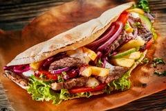 Cuisine asiatique savoureuse avec un chiche-kebab frais de doner photos libres de droits