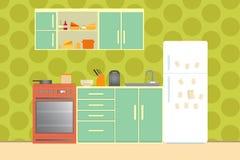 Cuisine avec des meubles Intérieur confortable de cuisine avec la table, le fourneau, le placard, les plats et le réfrigérateur I Image libre de droits