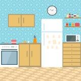 Cuisine avec des meubles Intérieur confortable de cuisine avec la table, le fourneau, le placard, les plats et le réfrigérateur I Photo libre de droits