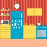 Cuisine avec des meubles Intérieur confortable de cuisine avec la table, le fourneau, le placard, les plats et le réfrigérateur I Image stock