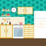 Cuisine avec des meubles Intérieur confortable de cuisine avec la table, le fourneau, le placard, les plats et le réfrigérateur I Images libres de droits