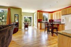 Cuisine avec l'étage en bois sniny Images stock