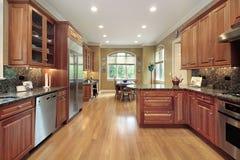 Cuisine avec le cabinetry en bois Photographie stock