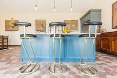 Cuisine avec un dessus et des tabourets de bar de table Photographie stock libre de droits