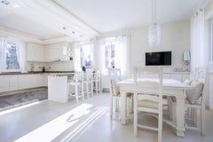 Cuisine avec une salle à manger lumineuse photographie stock libre de droits