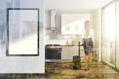 Cuisine blanche, compteurs gris, affiche modifiée la tonalité Photo stock