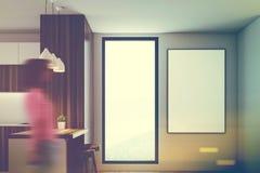 Cuisine blanche en bois, partie supérieure du comptoir, fenêtre, fille Photographie stock libre de droits