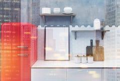 Cuisine blanche et concrète, réfrigérateur rouge modifié la tonalité Photographie stock libre de droits