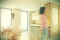 Cuisine blanche et en bois moderne, affiche modifiée la tonalité Photo libre de droits