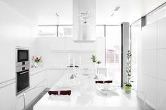 Cuisine blanche moderne avec les meubles élégants photos libres de droits