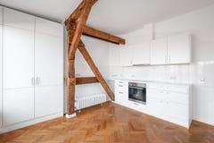Cuisine blanche moderne dans l'appartement terrasse plat avec le plancher en bois Photo stock