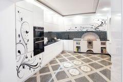 Cuisine blanche moderne propre de conception intérieure avec les portes peintes images stock