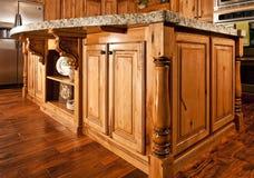 cuisine centrale d'île de maison de partie supérieure du comptoir moderne Images libres de droits