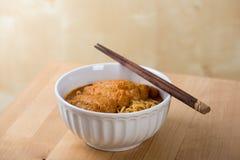 Cuisine chaude et épicée de nouilles de Laksa de cari Photo libre de droits