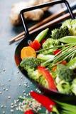 Cuisine chinoise Wok faisant cuire des légumes Images stock