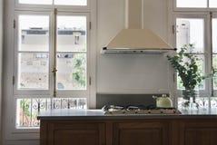 Cuisine classique avec la porte-fenêtre Photo libre de droits