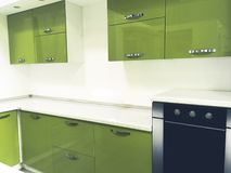 Cuisine colorée par vert moderne intérieure image stock