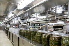 Cuisine commerciale avec des dômes de portion photographie stock