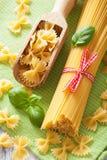 Cuisine crue d'Italien de farfalle de spaghetti de pâtes Images libres de droits