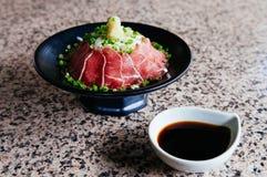 Cuisine crue japonaise de boeuf de Tataki avec du gingembre, l'oignon, l'oignon de ressort et l'ensemble de sauce de soja sur le  photographie stock libre de droits