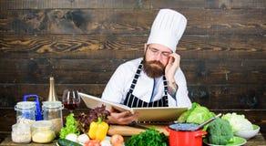 Cuisine culinaire vitamine Aliment biologique suivant un r?gime Homme barbu fatigu? recette de chef Cuisson saine de nourriture H image stock