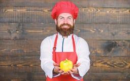 Cuisine culinaire vitamine Aliment biologique suivant un r?gime Homme barbu heureux recette de chef Cuisson saine de nourriture H photographie stock