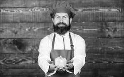 Cuisine culinaire vitamine Aliment biologique suivant un r?gime Homme barbu heureux recette de chef Cuisson saine de nourriture H photos stock