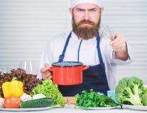Cuisine culinaire vitamine Cuisson saine de nourriture Hippie m?r avec la barbe Aliment biologique suivant un r?gime Salade v?g?t images libres de droits