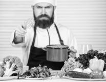 Cuisine culinaire vitamine Cuisson saine de nourriture Hippie m?r avec la barbe Aliment biologique suivant un r?gime Salade v?g?t images stock