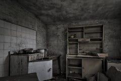 Cuisine délabrée délabrée dans la maison abandonnée Photographie stock libre de droits