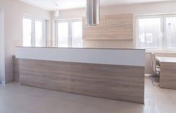 cuisine d'Ouvert-concept avec le haut plan de travail Photos stock