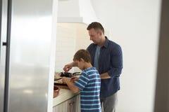 Cuisine d'And Son In de père faisant des pizzas ensemble Images stock