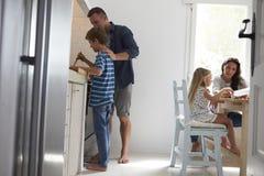 Cuisine d'And Son In de père faisant le repas ensemble photo stock
